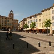 Bagnols-sur-Cèze: la place Mallet, site du marché depuis le Moyen Âge. C'est dans cette cité que naquit le célèbre savant juif Gersonide, également appelé Léon de Bagnols (1288-1344)