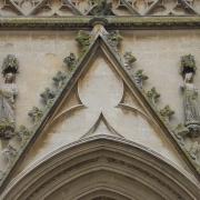 """Façade de la Cathédrale médiévale de style gothique Saint-Nazaire de Béziers: à gauche """"Ecclesia"""" et à droite """"Sinagoga"""""""