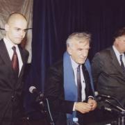 Elie Wiesel, Prix Nobel de la Paix entouré de Georges Frêche, député-maire de Montpellier et Michaël Iancu, directeur de l'Institut Maïmonide en 2003