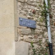 La Rue des Juifs de Vauvert. Au Moyen Âge, la cité, à l'instar de Lunel, a compté une collectivité juive glorieuse, composée de savants (philologues, exégètes et mystiques)