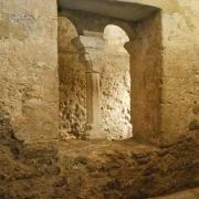 Fenêtre géminée avec colonette ouvrant sur le bassin d'eau du Mikvé médiéval de Montpellier